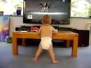 Младенец зажигает хорошее настроение, юмор, смешное видео, клип, музыка, девушки, танцовщицы, домашние танцы, ребенок, талант