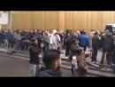 Französische Patrioten beim Freitagsgebet der Muslime auf offener Straße