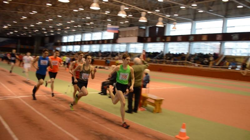 800 метров бежит Володя Баландин