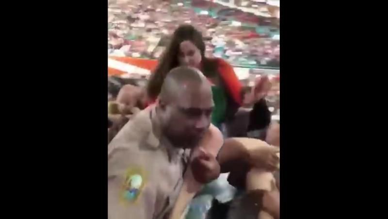 В Майами полицейский ответил на пощечину женщины ударом в лицо