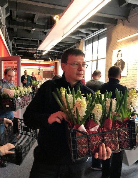 Евгений Мураев: Настоящие мужчины любят женщин и дарят им цветы. А в праздник - вообще...