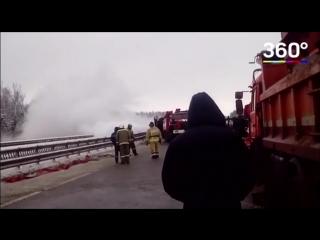 Фура с 12 тоннами углекислоты перевернулась в Ступине. Произошла утечка.