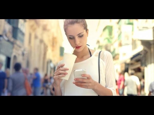 Дівчина розмовляє по телефону як з нею познайомитись Приклад знайомства