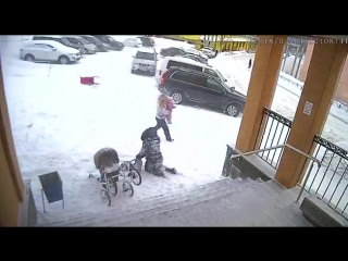 Сход снега с крыши администрации Видяево на маму с ребенком
