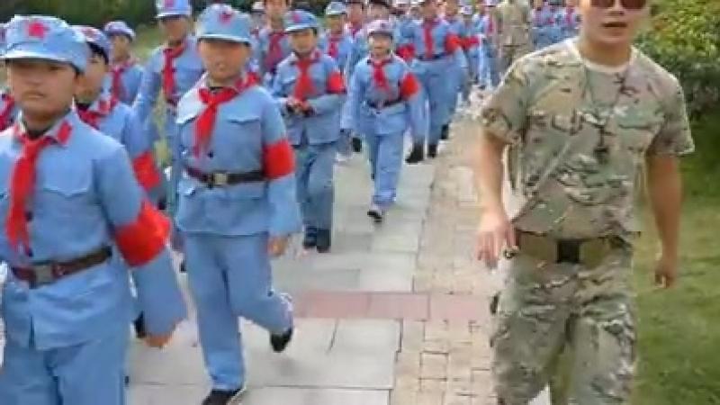 Кадры сняты туристами в одном из парков Шанхая. Эти ребята в голубой униформе - местные пионеры. В отличие от нас в поднебесной