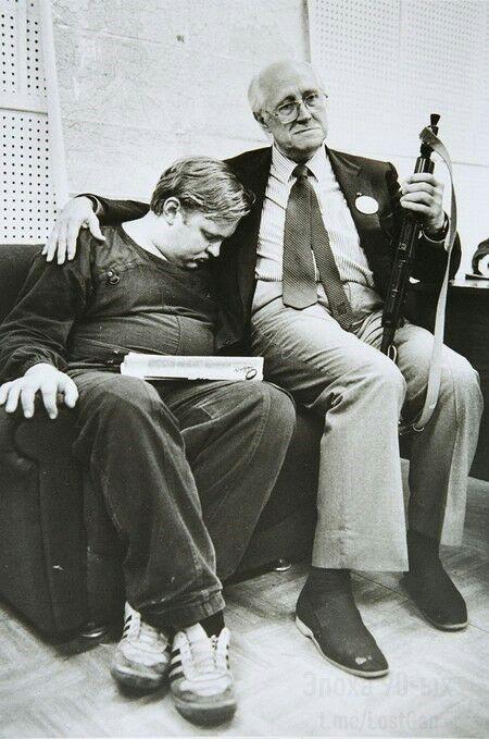 Мстислав Ростропович и его спящий оруженосец Юрий Иванов на защите Белого дома, август 1991 года.