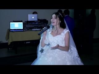 Девушка на свадьбе поет песню маме