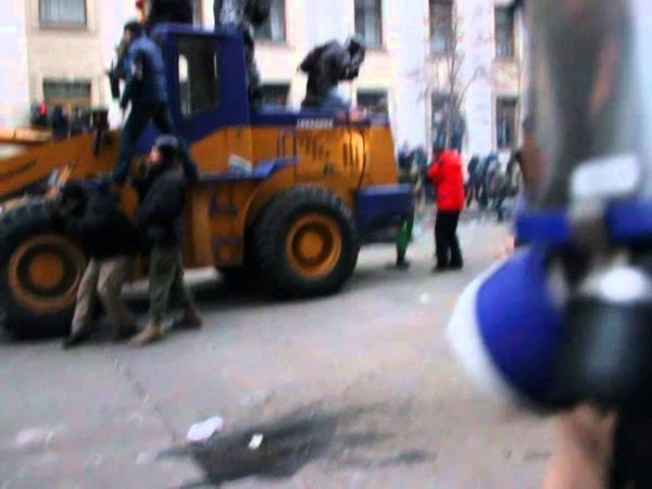 1 декабря 2013. Киев, Банковая. Гранати, газ, ланцюги. Провокатори б'ють Беркут