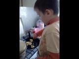 ребёнок жарит себе оладьи