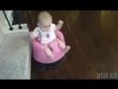 Ребенок на роботе пылесосе
