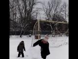 Валялись в снегу,лепили снеговика