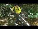 Санек бесстрашно преодолевает горную реку