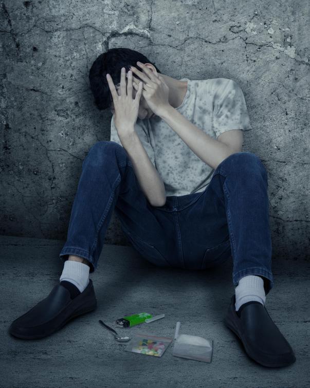 У наркоманов могут быть галлюцинации или проявляться другое неустойчивое поведение.