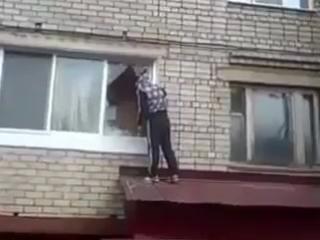 Пришёл забрать комп, пока бывшей жены нет дома