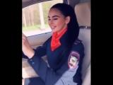 Девушка в полицейской форме исполнила блатняк в дорогой машине