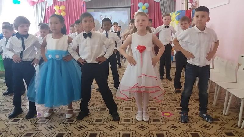 Дети танцуют на выпускном