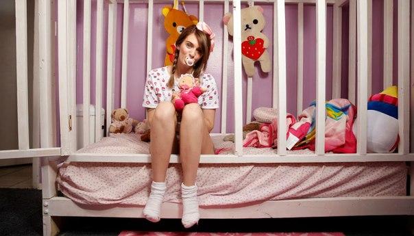 23-летняя Джесс — большой ребенок: она носит подгузники, сосет пустышку, а ее бойфренд играет роль отца. На YouTube-канал Джесс подписаны более 160 тысяч человек. Девушка снимает ролики, в которых изображает ребенка: сидит в памперсе в детской кроватке, с