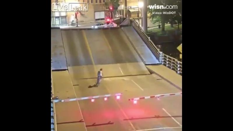 Жещина попала в щель разводного моста