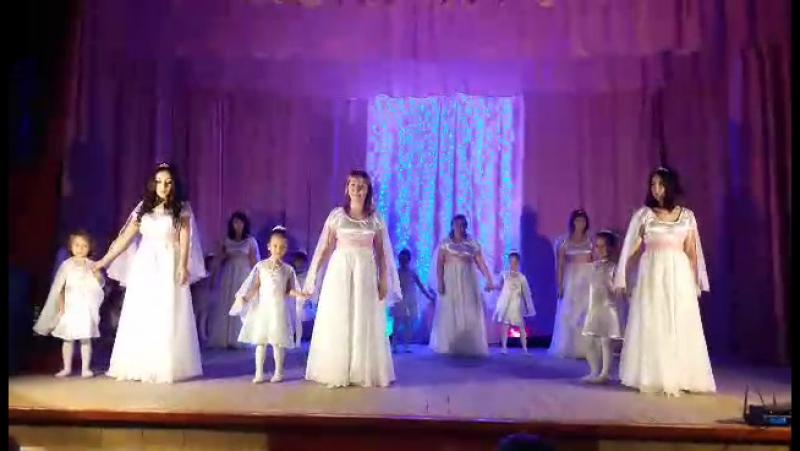 Нежный танец родителей и До-ми-сольки