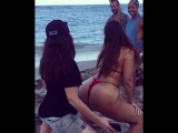 Модель plus-size Эшли Грэм станцевала тверк на пляже во время съемок для журнала