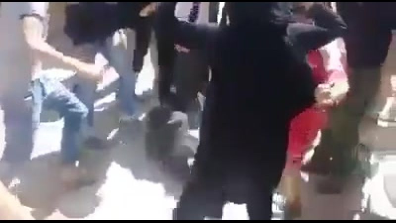 Жители Хаджар аль-Асвада линчуют пытавшегося затеряться игиловца (Сирия, 22 мая 2018)