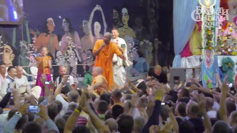 Бхакти Бринга Говинда Свами прыгает в толпу со сцены. Бхакти-сангама 2016