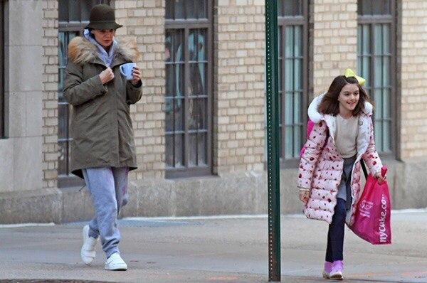 Кэти Холмс с дочерью Сури гуляет в Нью-Йорке
