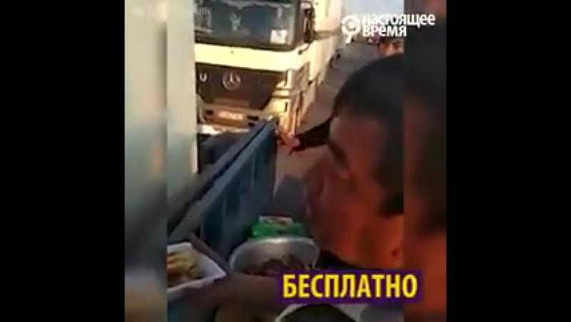 На границе Казахстана и Кыргызстана волонтеры раздают еду стоящим в очереди дальнобойщикам – их не пропускают по несколько дней