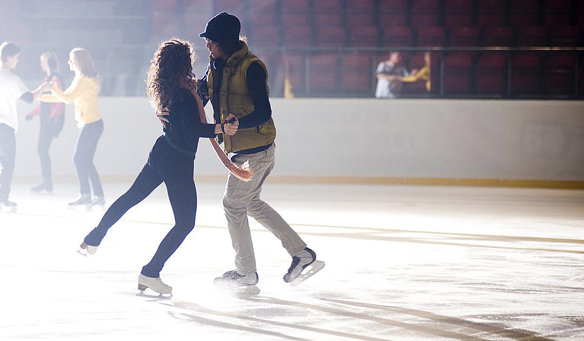 В Алматы проходят бесплатные ночные катания на коньках _____