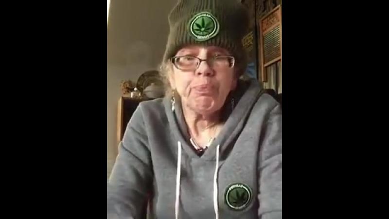 Крутая бабуля курит дурь через бонг и запивает пивом