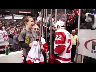 Hockey player gives a kid more than just a high five