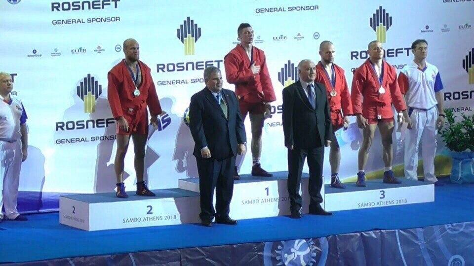 Эдуард Муравицкий (слева) на церемонии награждения призеров чемпионата Европы по самбо.