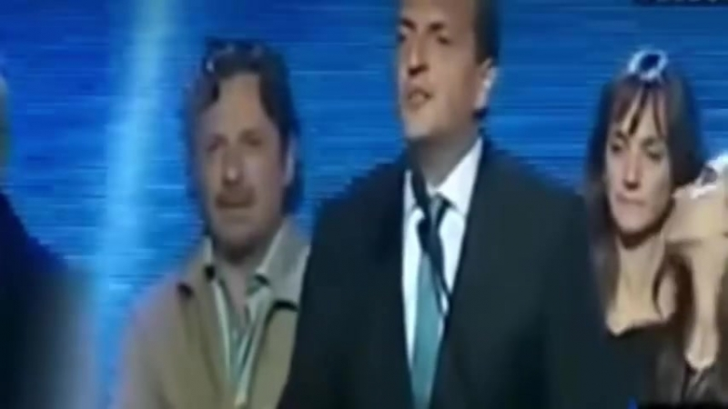 Beso de esposa e hija del candidato presidencial en Argentina causa revuelo