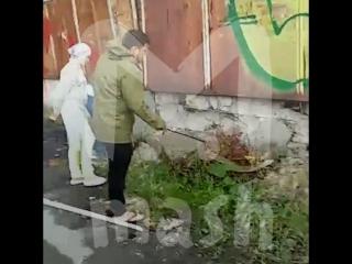 В Тюмени во дворе дома жильцы поймали трехметрового питона