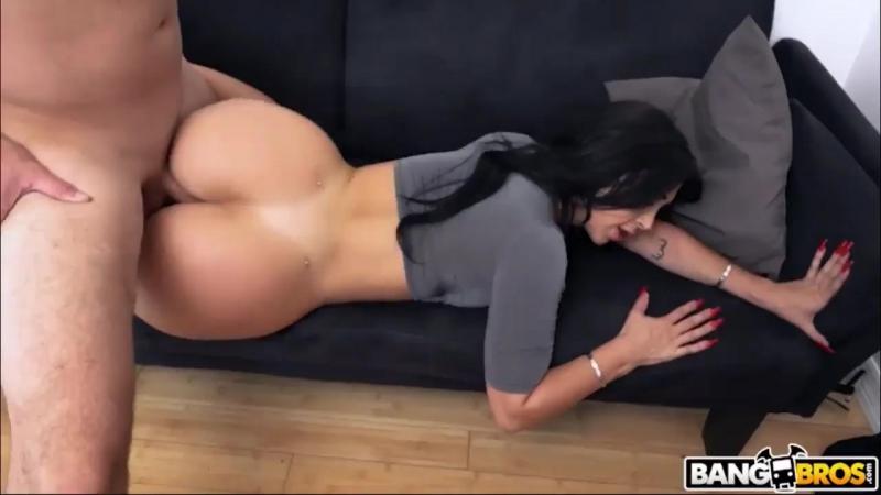 Valerie Kay cogida en el sofá