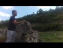Серёга кидает камни в шины