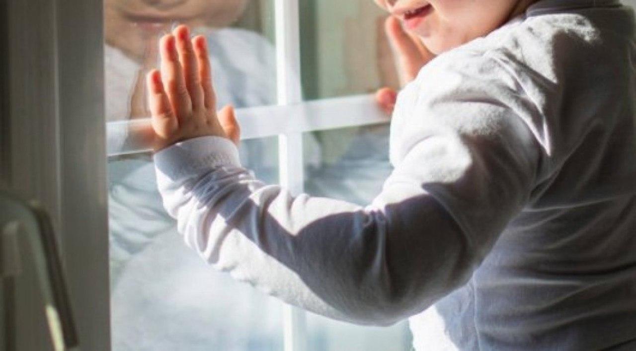 В Черкесске ребенок выпал из окна пятого этажа жилого дома
