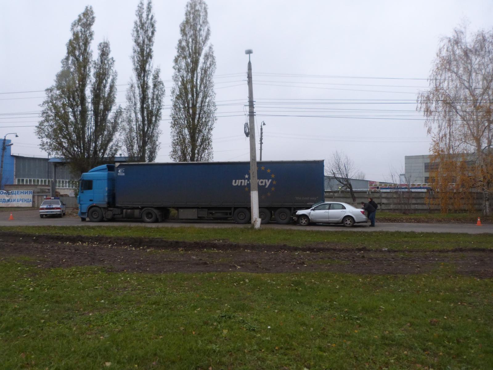 В Курске иномарка врезалась в припаркованный грузовик