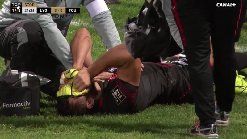 Tala Gray protects Virgile Bruni in ruck. Lyon vs. Toulouse