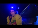 Dua Lipa перепела песню Arctic Monkeys - Do I Wanna Know in the Live Lounge