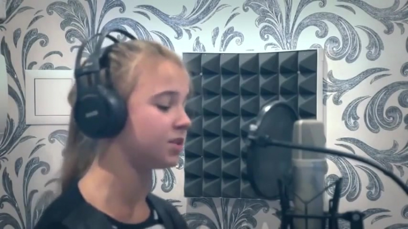 Девочка поет песню Виктора Цоя Кукушка