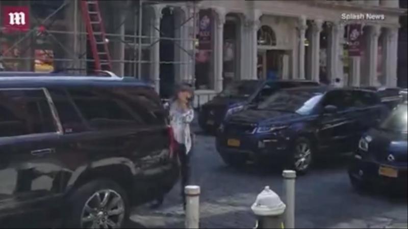 Возвращается в свою квартиру в Нью-Йорке, США (20.07.18).