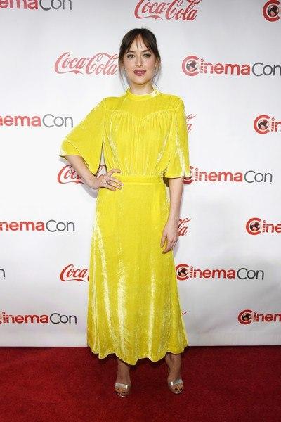 """Дакота Джонсон на церемонии """"За достижения на большом экране от компании Coca-Cola"""" в рамках CinemaCon."""