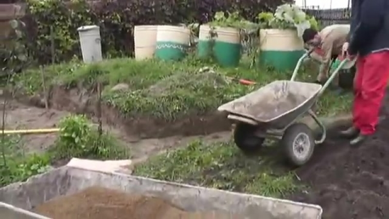 Как украсить участок расположенный на склоне
