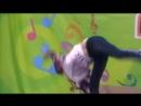Девушка красиво танцует Тверк сексуальной попой