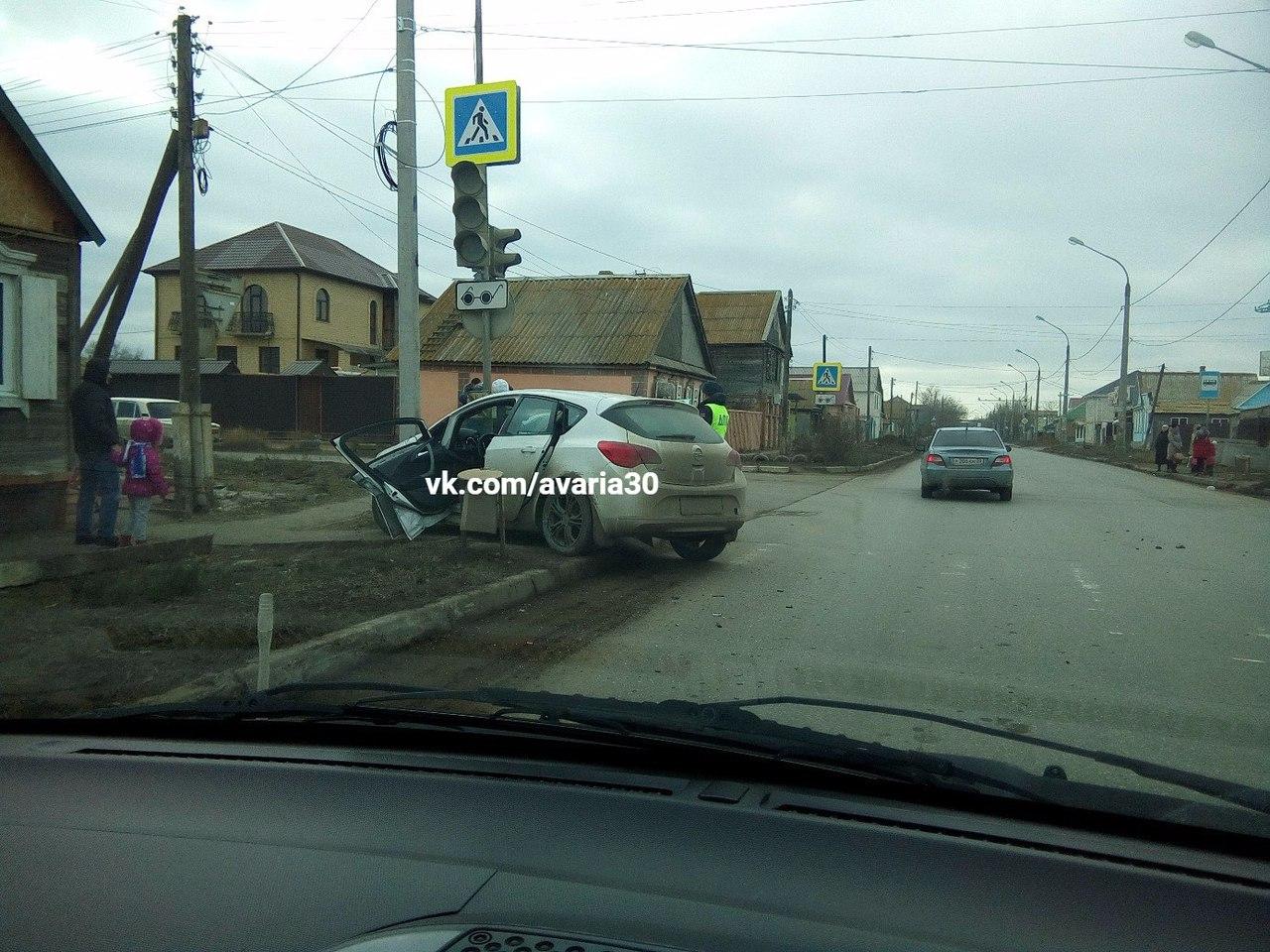 В Астрахани иномарка протаранила столб