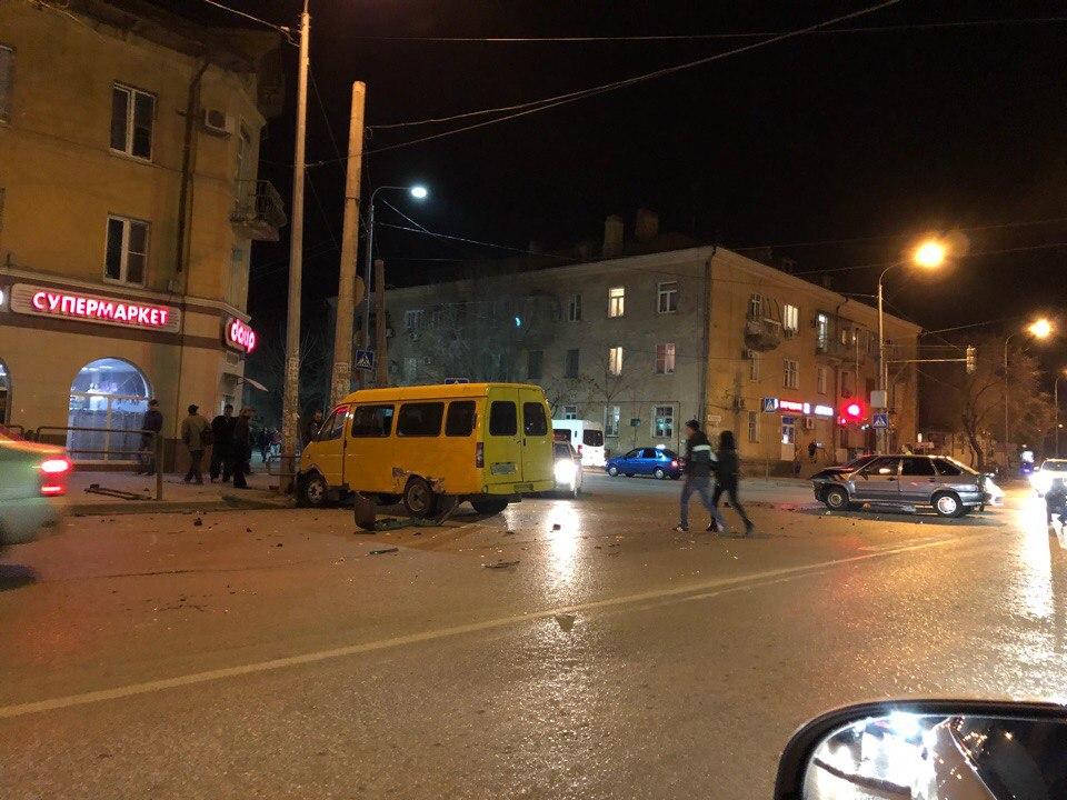 В Астрахани маршрутка влетела в столб после столкновения с легковушкой