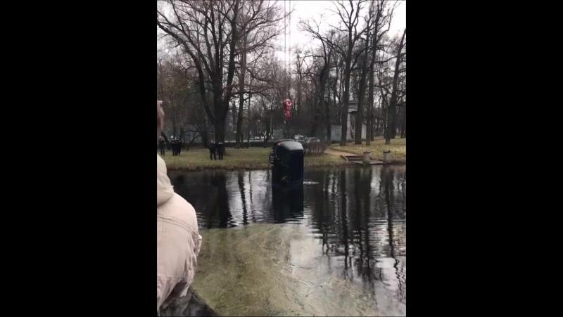 Машина упала в пруд Екатерининского парка