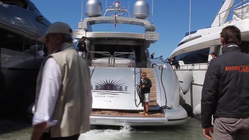 Яхта паркуется в Сан Тропе