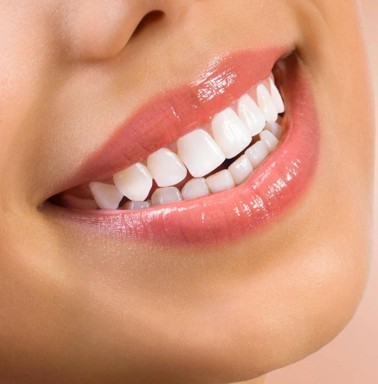 Зубные имплантаты могут осветлить и улучшить улыбку человека.